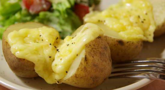◆同名のスイス料理でも有名、『ラクレット』とは?●チーズの名前●フランス語で「そぎとる」という意味●スイスを代表する伝統料理(チーズを火で熱して、溶けた部分をじゃがいもにつけて食べる)
