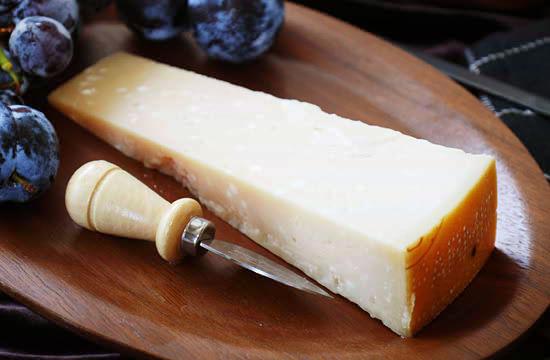 天才チーズ熟成士「ロドルフ・ムニエ氏」が熟成を手がけた『パルミジャーノ・レジャーノ 24ヶ月熟成』