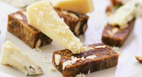 チーズのお供にフィグ&アーモンドケーキ