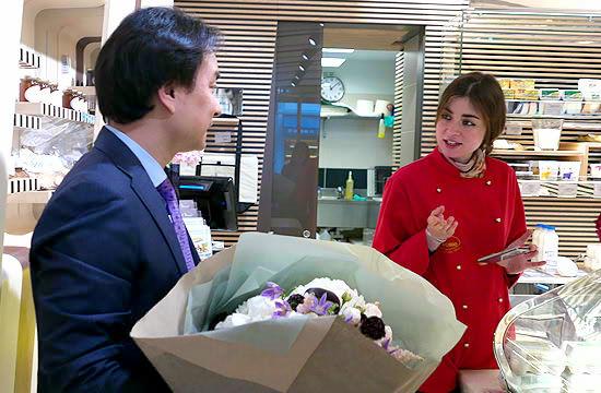 店長がお花を渡している写真