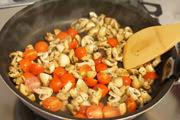 強火で2~3分炒め、ミニトマトを加えてさらに1分程度炒める