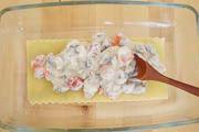 耐熱皿にラザニアの生地を1枚広げ、その上に4を均等に広げる