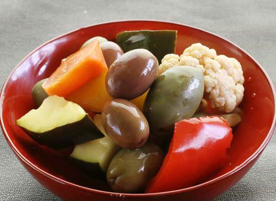有機野菜の自家製ピクルスとイタリア産2色のオリーブ
