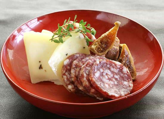 黒トリュフ入りカチョッタチーズとバローロサラミとドライいちじく